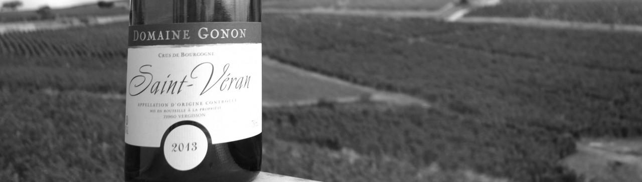 Présentation de la bouteille Saint Véran du Domaine Gonon devant la roche de Vergisson